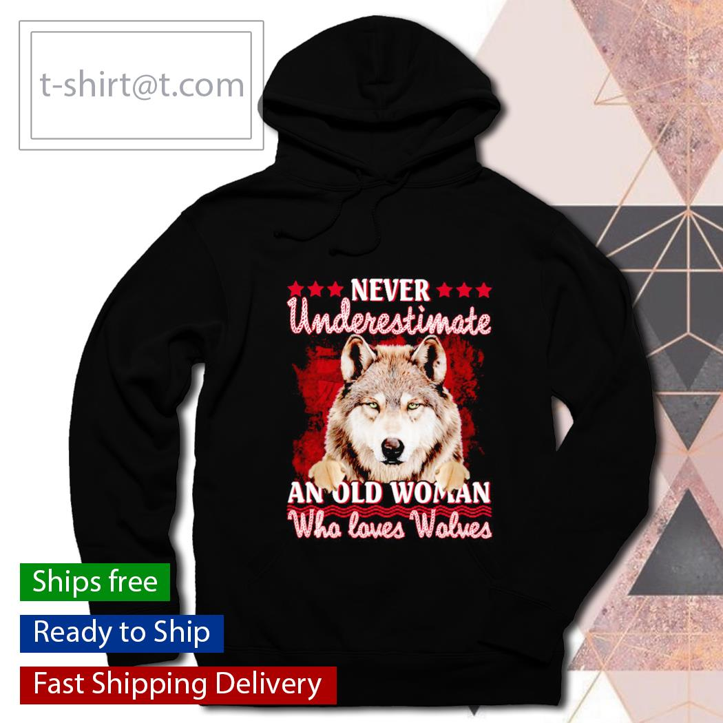 Wolf Never Underestimate An Old Woman Who love Wolves s hoodie