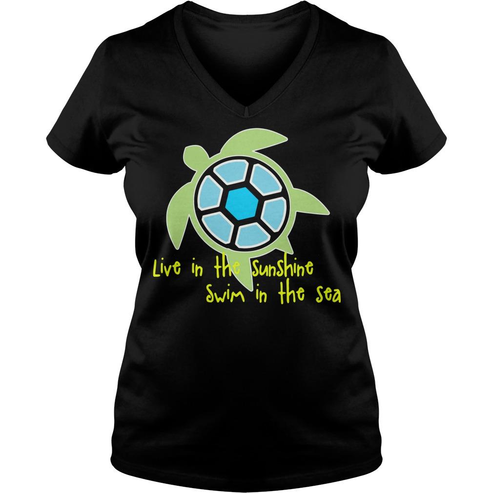 Turtle live in the sunshine swim in the sea V-neck T-shirt